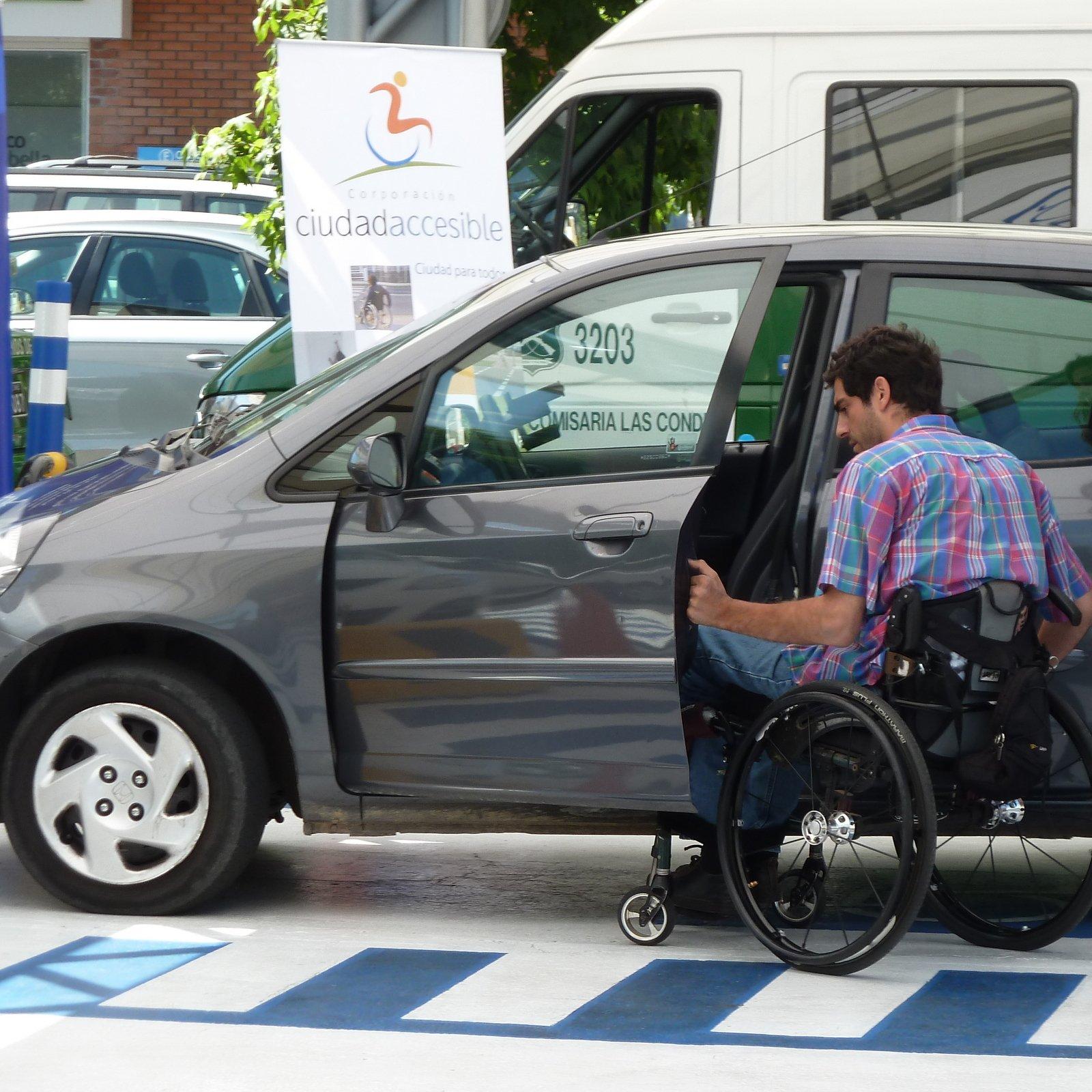 persona en silla de ruedas ingresando a su auto