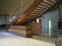 mueble bajo escalera que protege la circulación