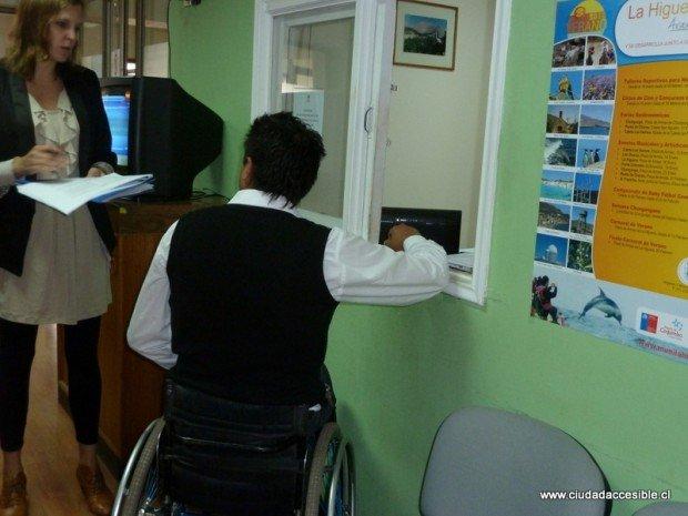 Mesón de atención de oficina de partes a una altura adecuada para personas en silla de ruedas