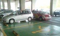 Inspectores municipales infraccionando a persona que hace mal uso de estacionamientos reservados para personas con discapacidad