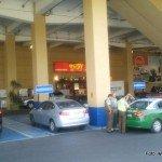 Carabineros infraccionando a persona que hace mal uso de estacionamientos reservados para personas con discapacidad