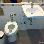 Baño público en Clínica
