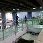 Ruta accesible hacia ascensores en el interior de estación