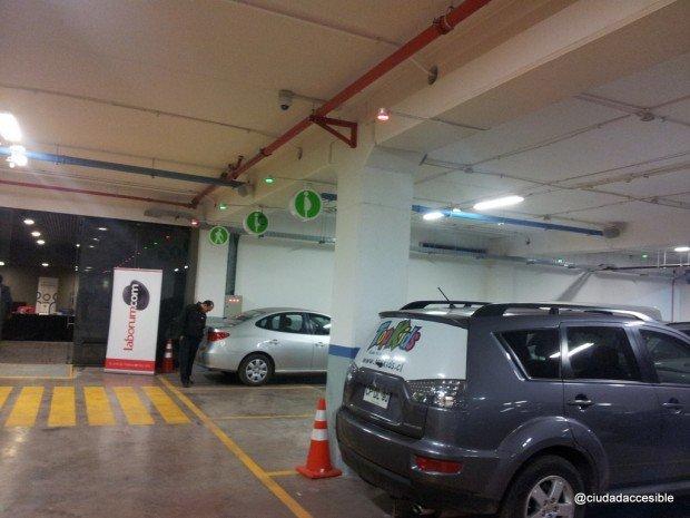 Estacionamientos para embarazadas y adultos mayores junto a accesos y ascensores