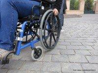 Difícil circular sobre adoquines en silla de ruedas