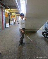 escalera sin protecciones son potenciales accidentes para personas ciegas