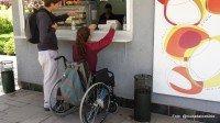 kiosko y altura de atención, demasiado alto para una silla de ruedas