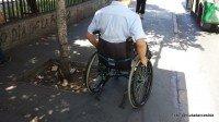 probando circulación por veredas en silla de ruedas