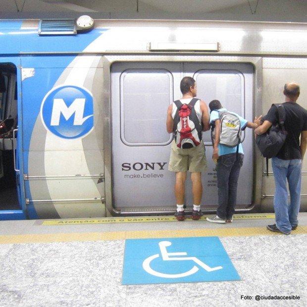 Acceso demarcado en andén a vagones accesibles - Metro Brasil