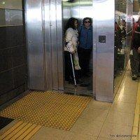 Guía franja táctil hacia ascensores