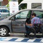 persona en silla de ruedas subiendo a su vehículo