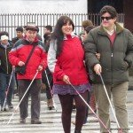 Personas con discapacidad visual prueban los cruces peatonales de rio bueno