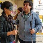 Francisco, alumno de derecho e integrante del grupo derecho a ciegas guía a una participante