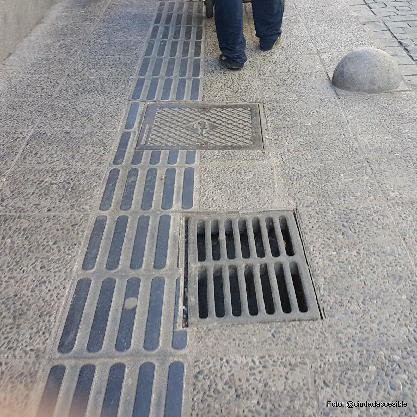 sumideros de aguas lluvia ubicados paralelamente a la circulación peatonal