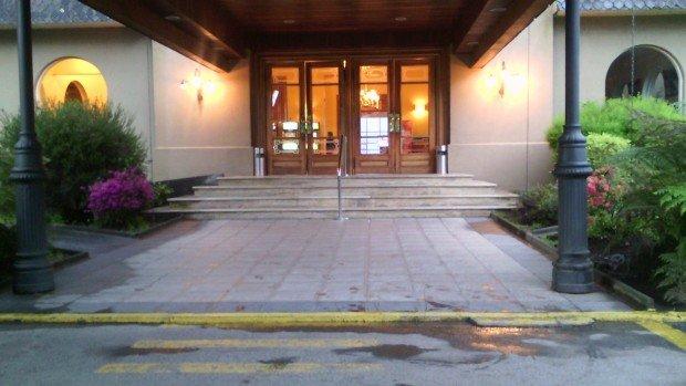 Acceso Hotel Pucón con peldaños y una pequeña rampa