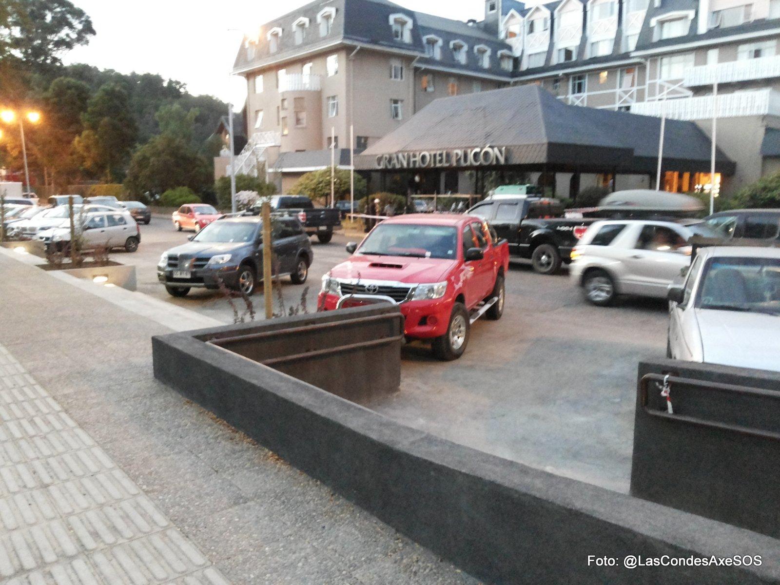 Acceso salida desde la plaza hacia lado norte sin vereda para circulación peatonal Pucon
