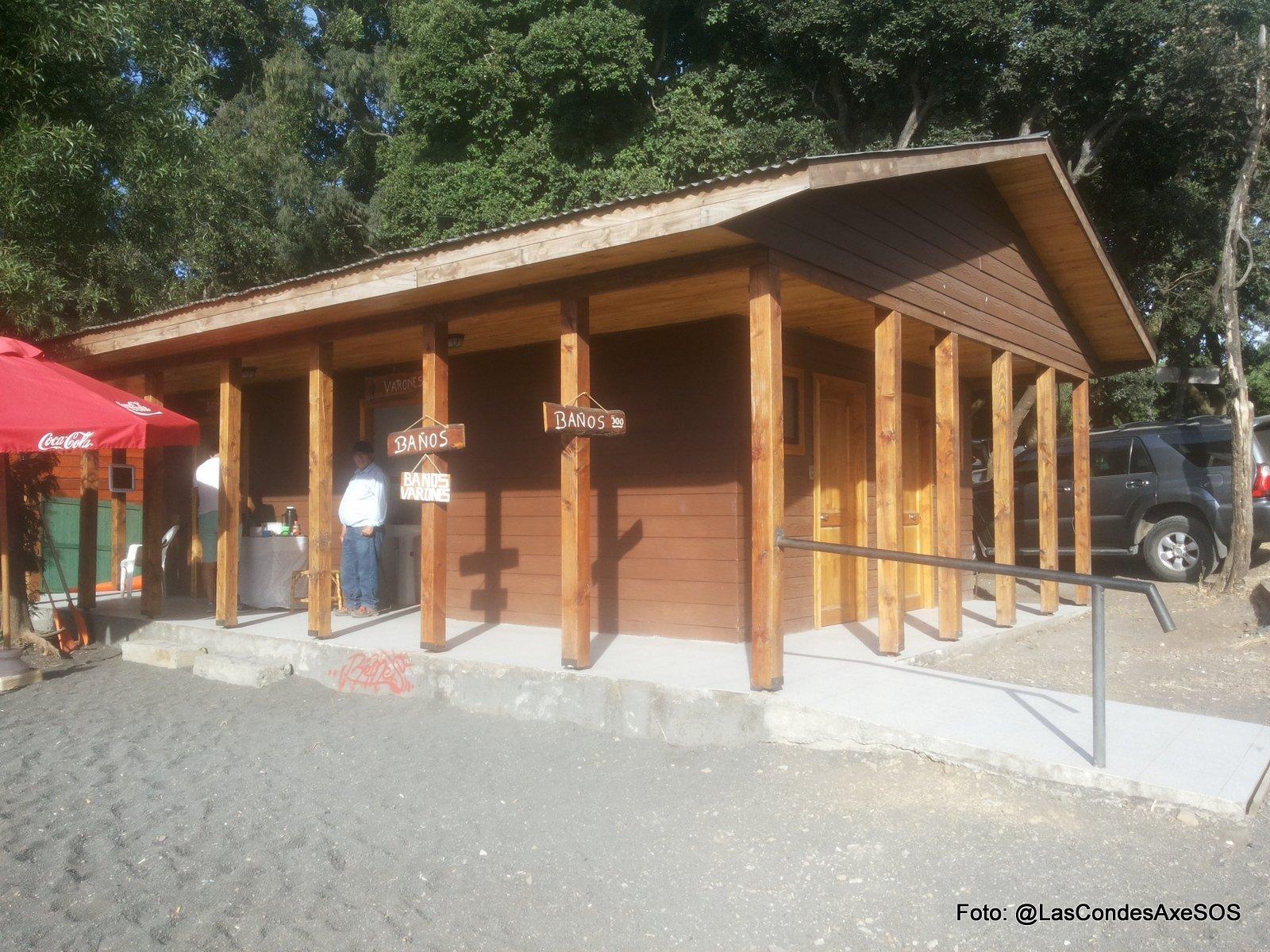 Baños con rampa de acceso pero aislados de ruta accesible Pucon