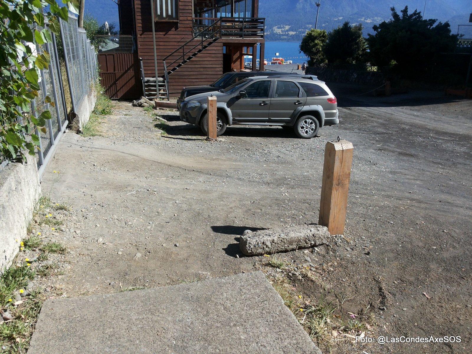 Condiciones de las veredas del acceso poniente a la playa de pucon. Veredas discontinuas, con desniveles y en mal estado