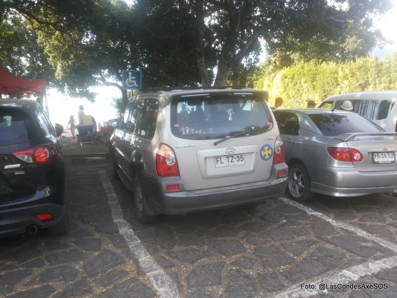 Estacionamiento pcd que no cumple con dimensiones, y materialidad del suelo para su desplazamiento Pucon