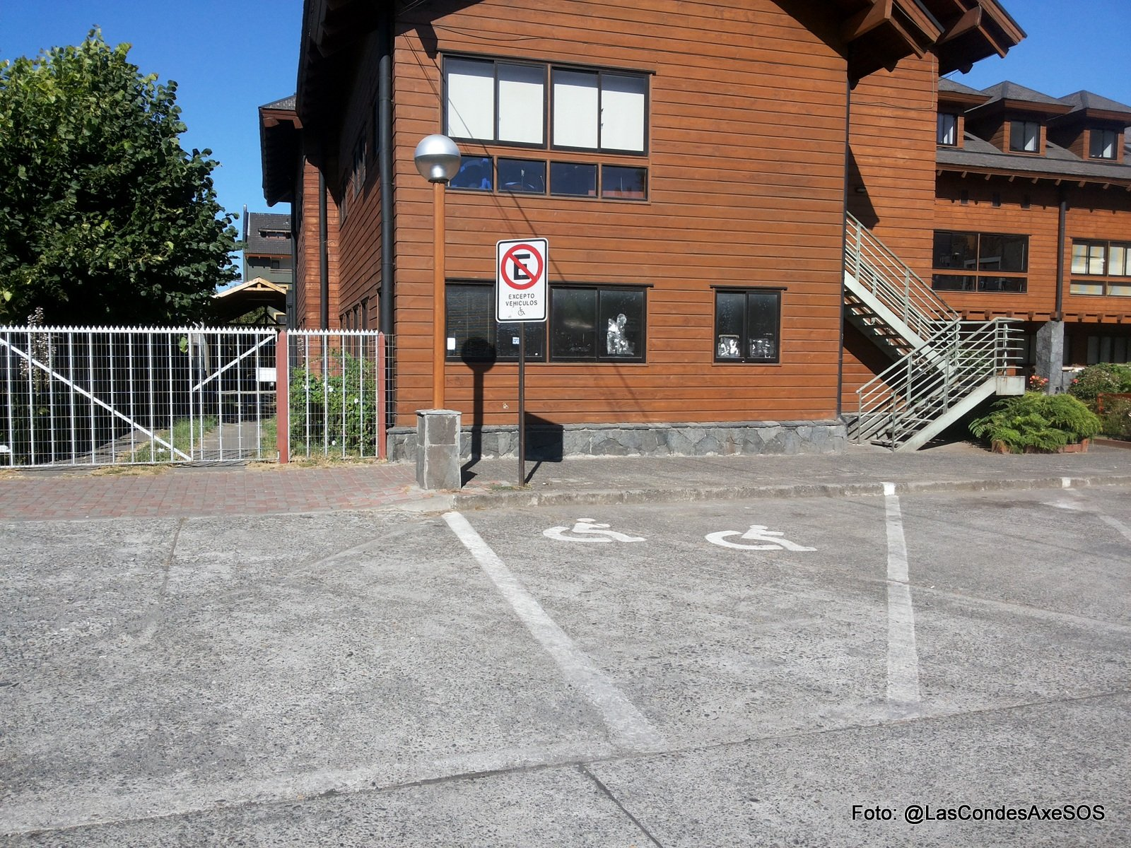 Fotos de estacionamientos para pcd que incumplen normativa de diseño