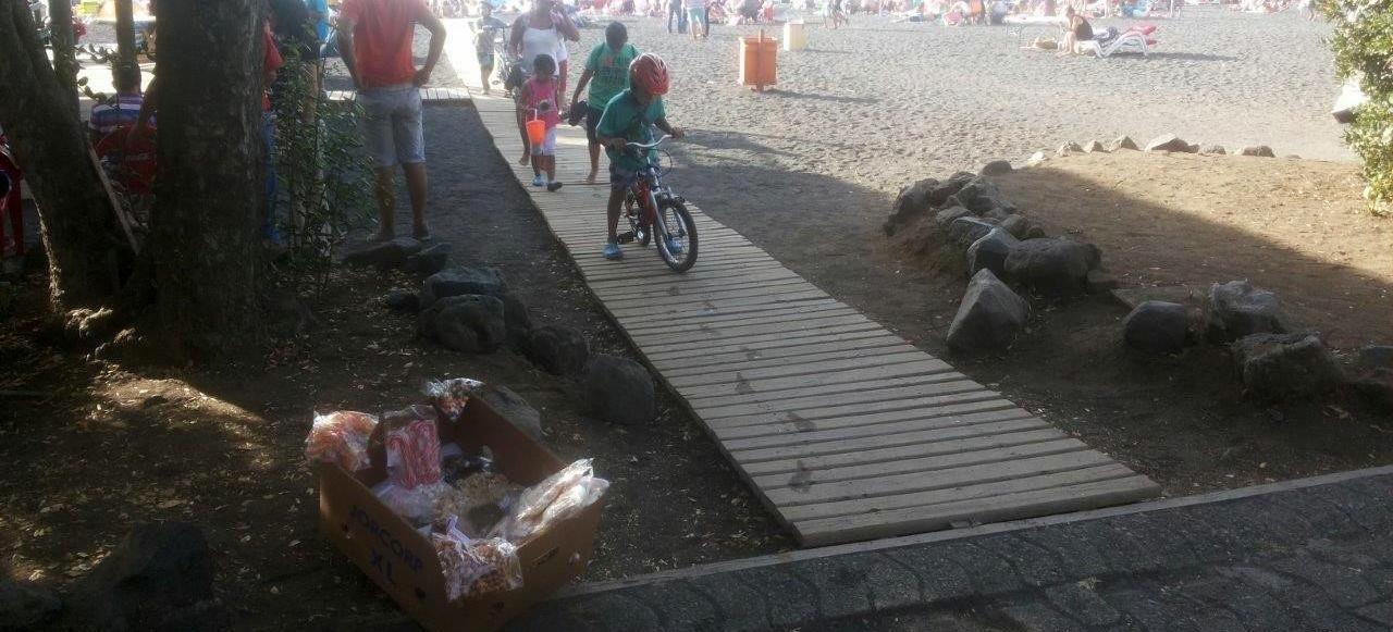 Pasarela de madera en acceso a playa Pucon