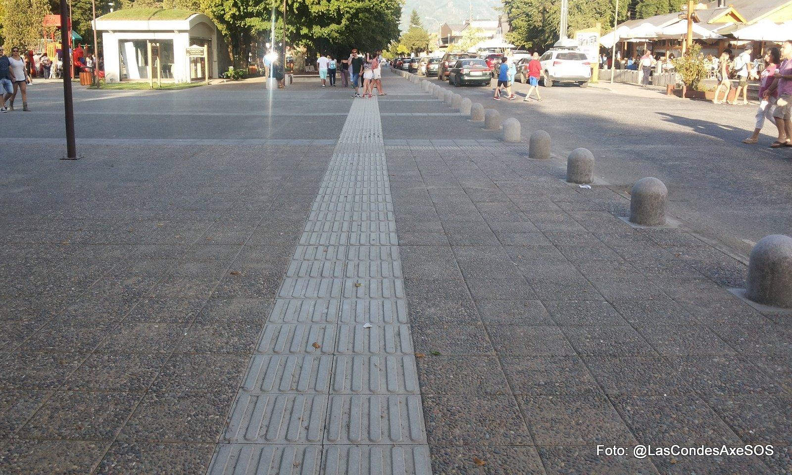 Tramo de guía táctil en la plaza de Pucon
