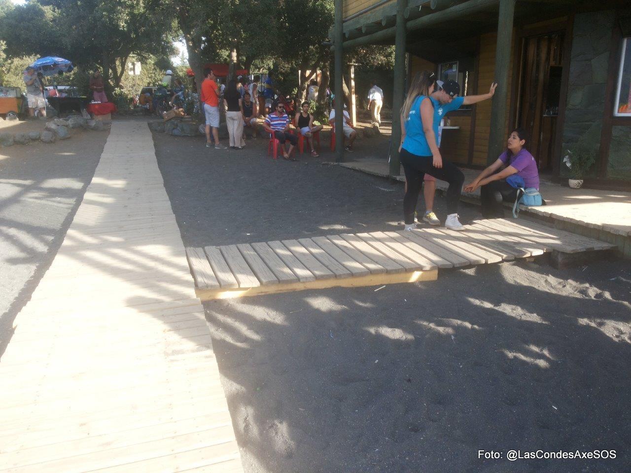 pasarela de acceso a la playa con desnivel para ingreso a local comercial Pucon