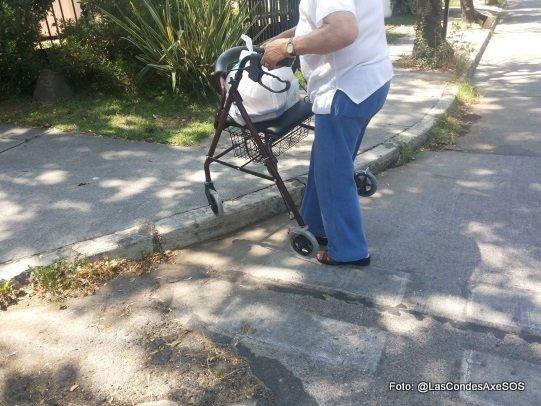 persona mayor con burrito intentando un cruce peatonal no rebajado