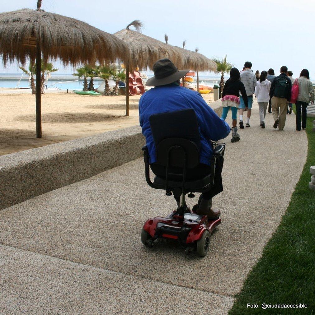 persona mayor circulando con scooter