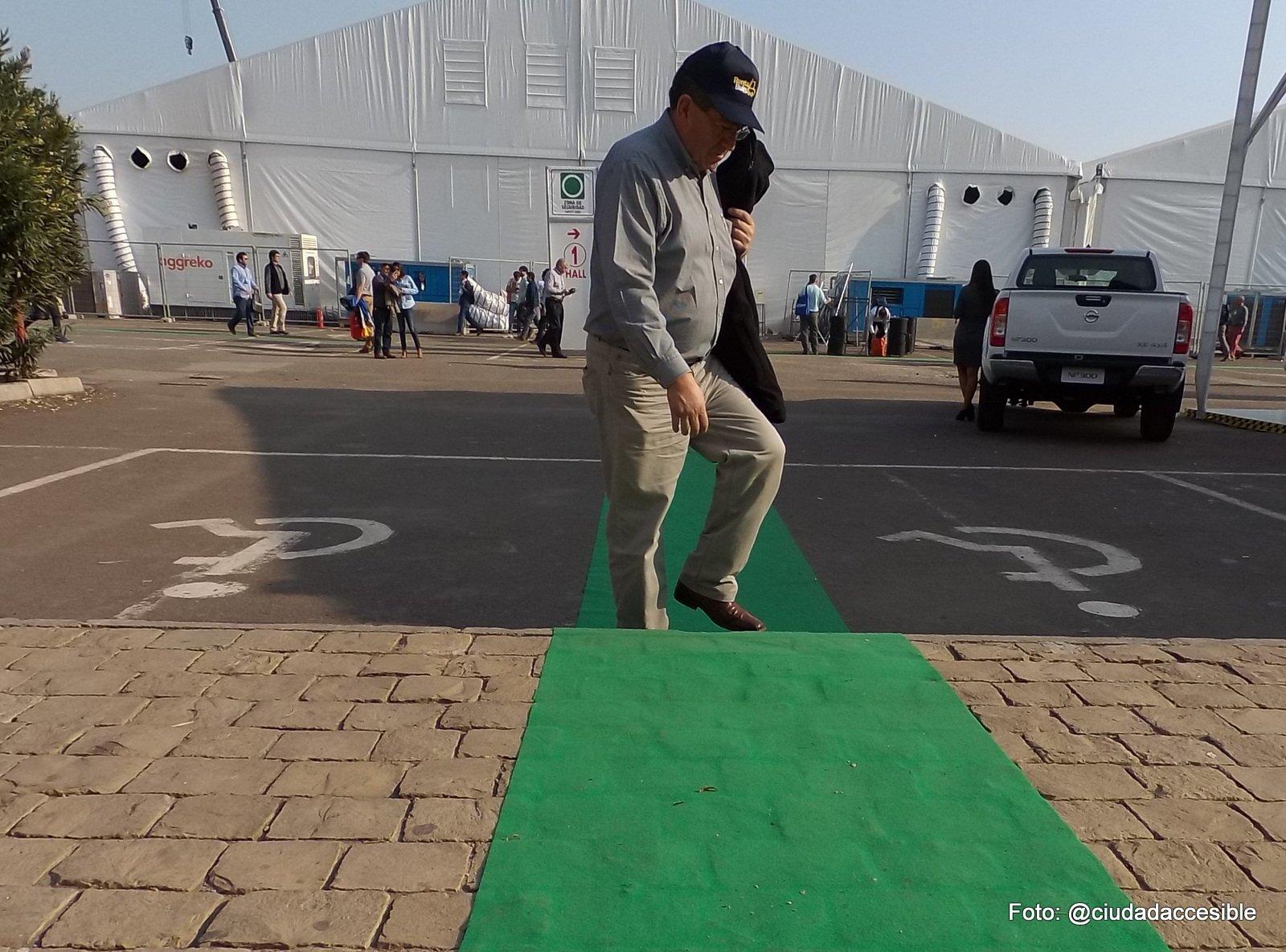 Ruta verde de acceso inaccesoble al lado de estacionamientos para personas con discapacidad (2)