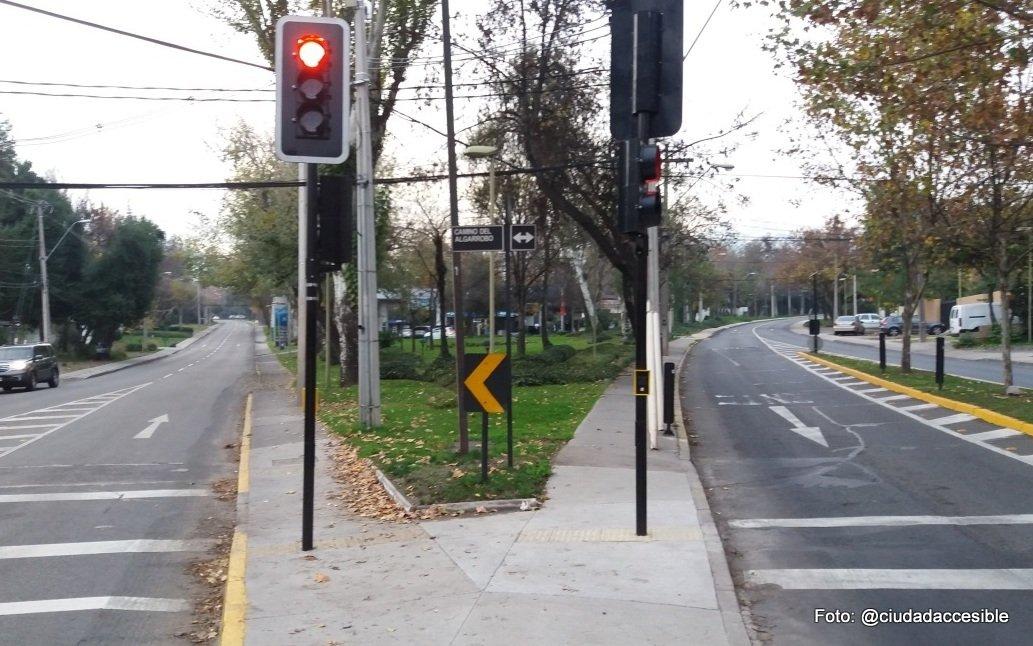 instalación de semáforos en medio de veredas