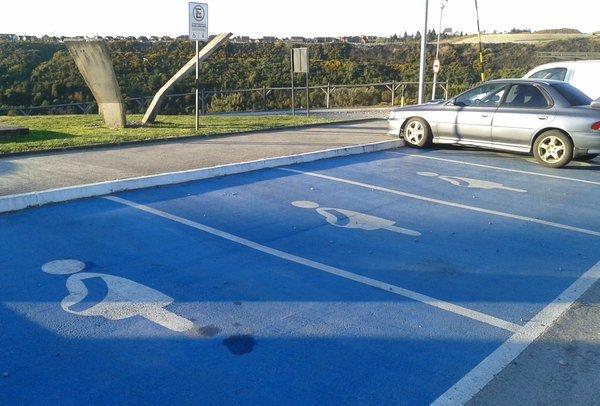 demarcación estacionamientos para embarazadas en universidad SAN SEBASTIAN