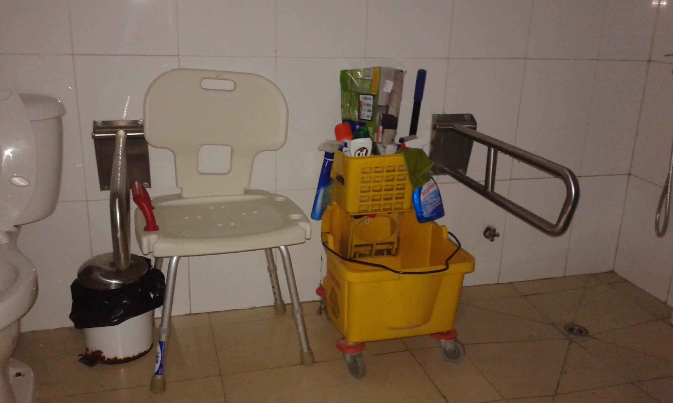 Baño accesible convertido en bodega en piscina abierta a la comunidad de la Universidad de Los Lagos en Chinquihue