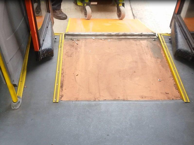 Foto: Pendiente excesiva en rampa de acceso a bus