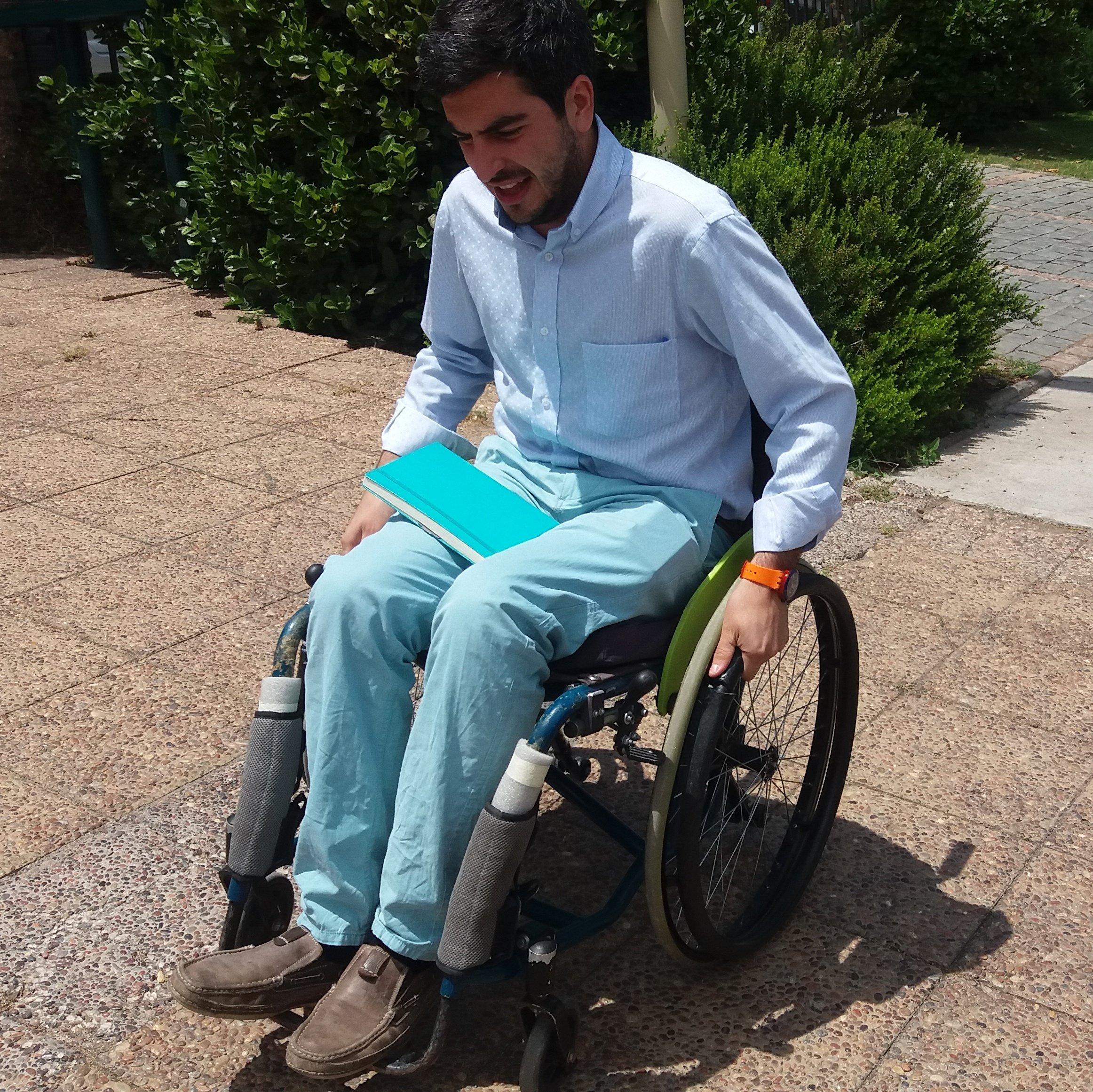 Patricio Bopp recorriendo su comuna en silla de ruedas