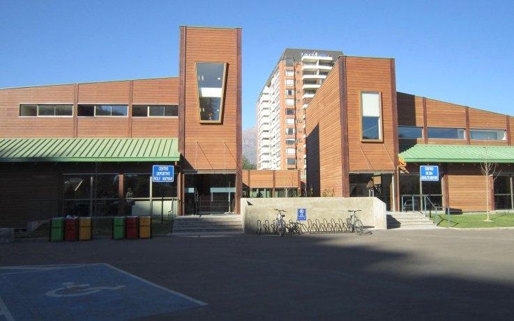 Vista del acceso a centro deportivo Rolf Nathan