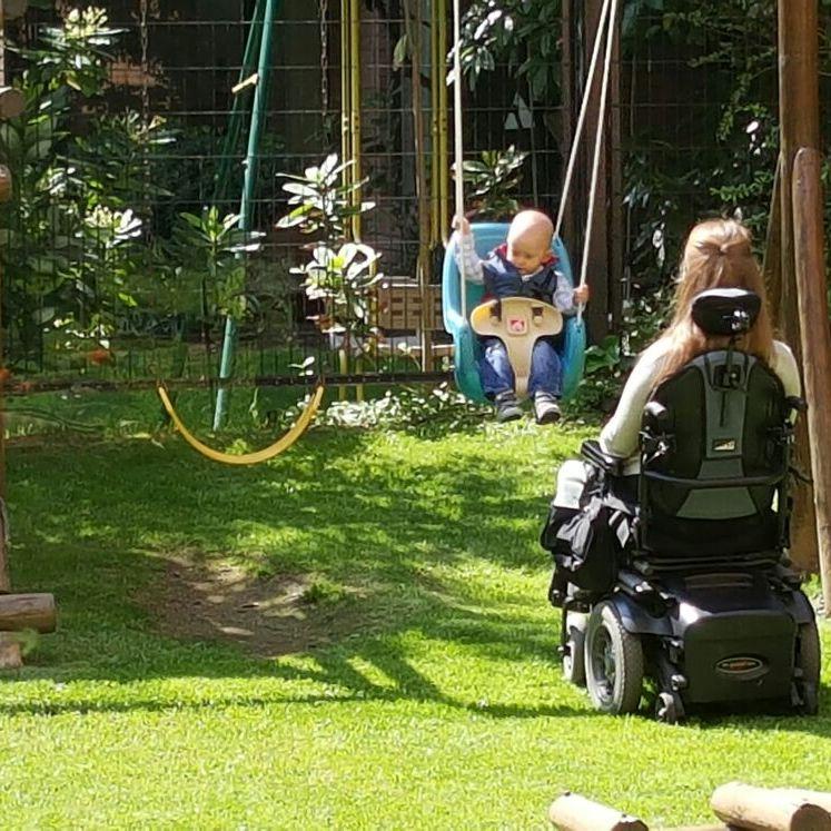 Madre con discapacidad acompaña a su hjo en una plaza