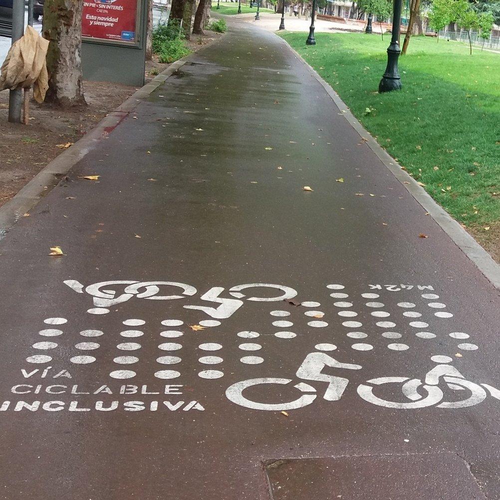 foto de vía mapocho 42K estampado en el pavimento bicicleta y simbolo de silla de ruedas