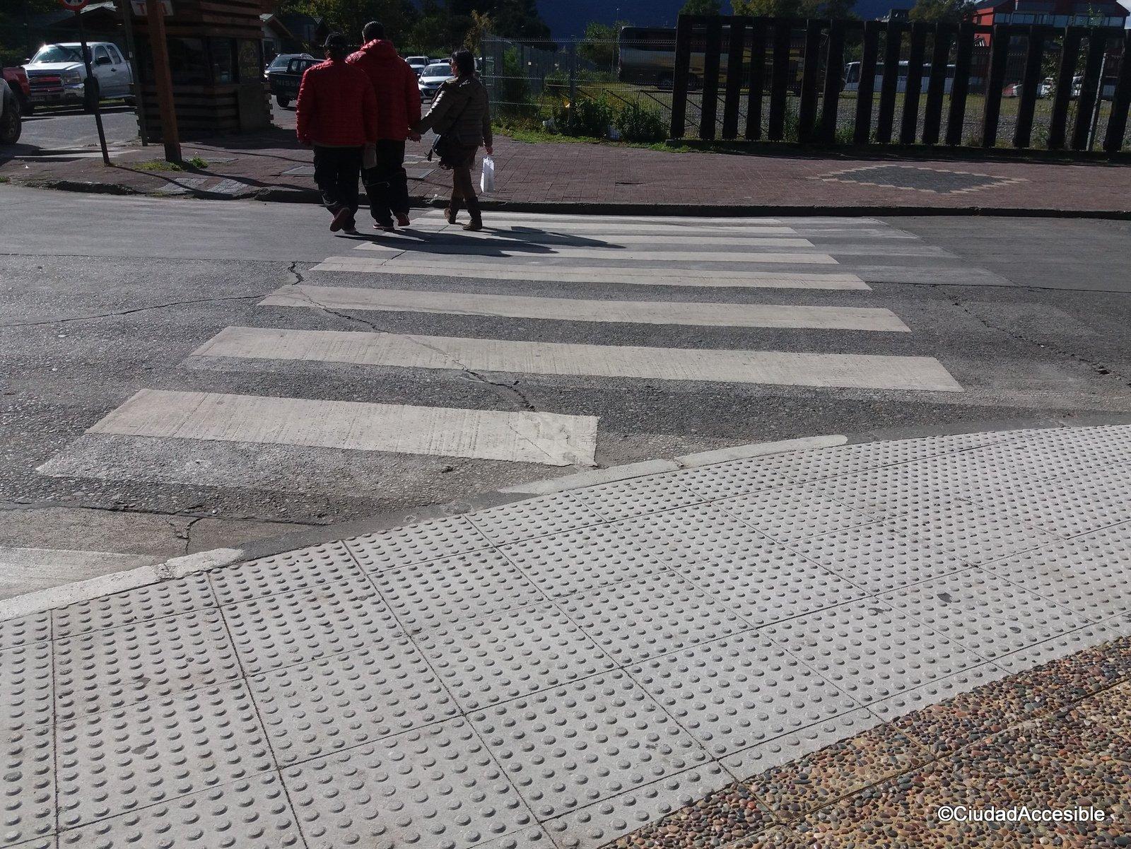 Cruce desde plaza de poniente a oriente con desnivel