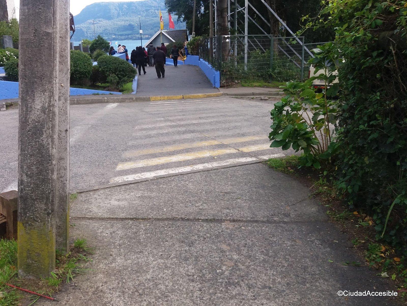 cruce peatonal sin rebaje entre la vereda y la calzada
