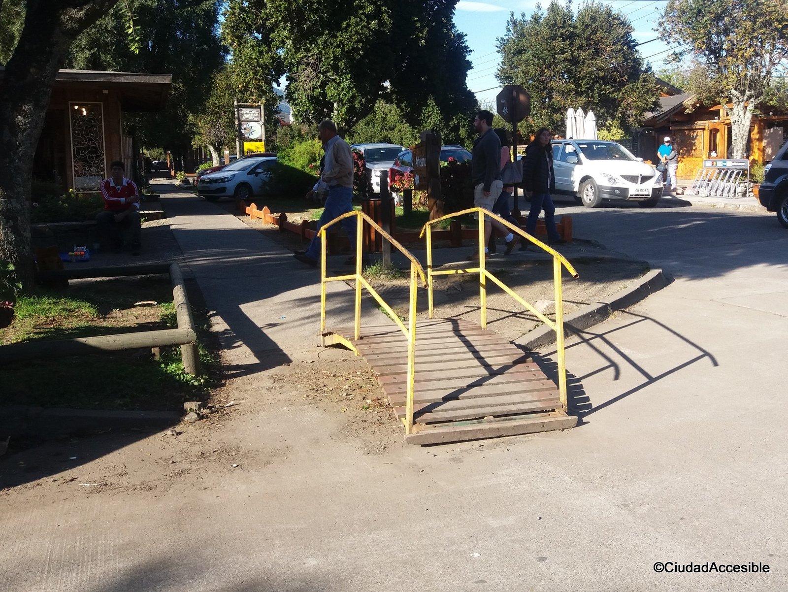 pasarela de madera con pasamanos se convierte en un obstáculo en el camino