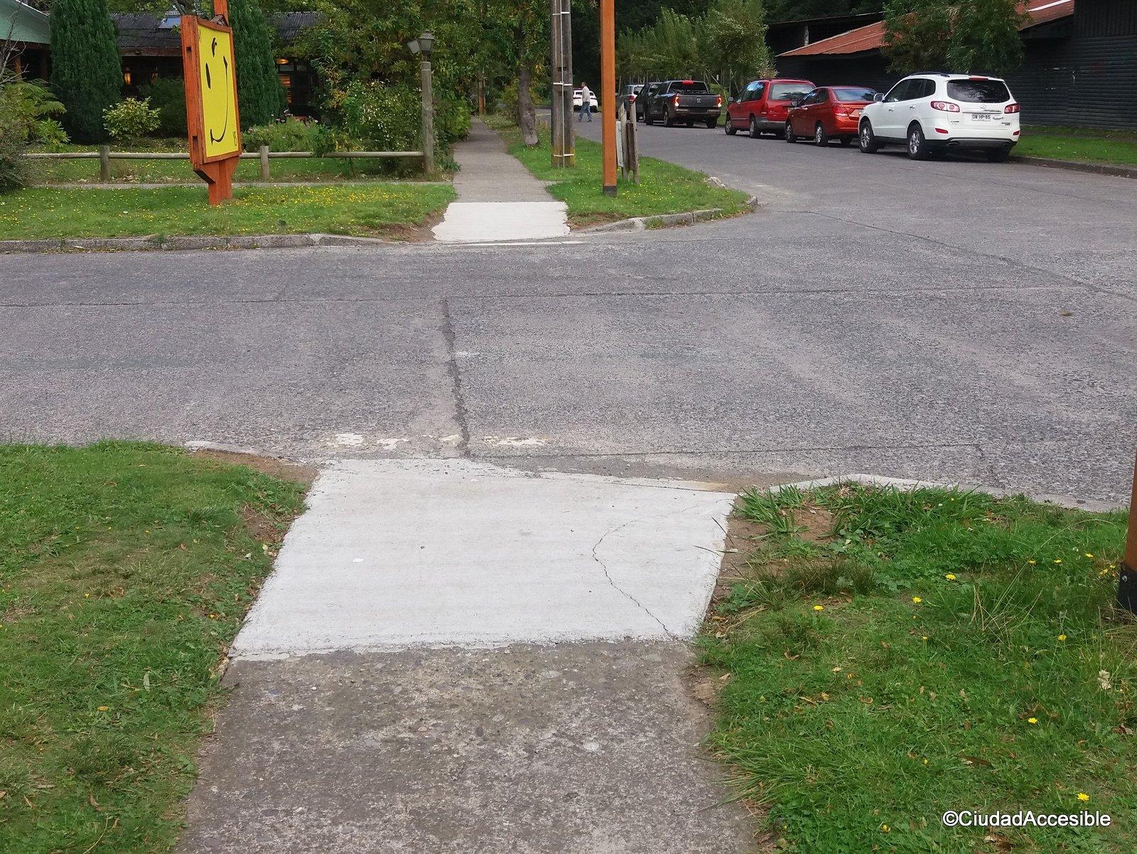rebajes peatonales fuera de norma requieren franja táctil de advertencia al inicio de la rampa