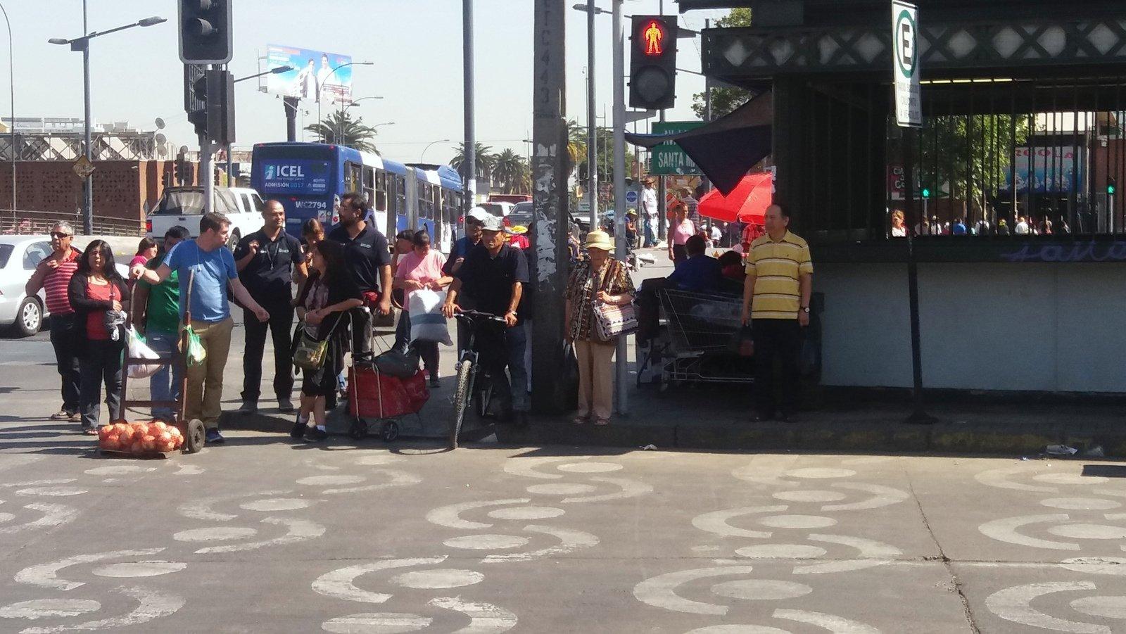 Cruce peatonal demarcado con figuras en Mapocho