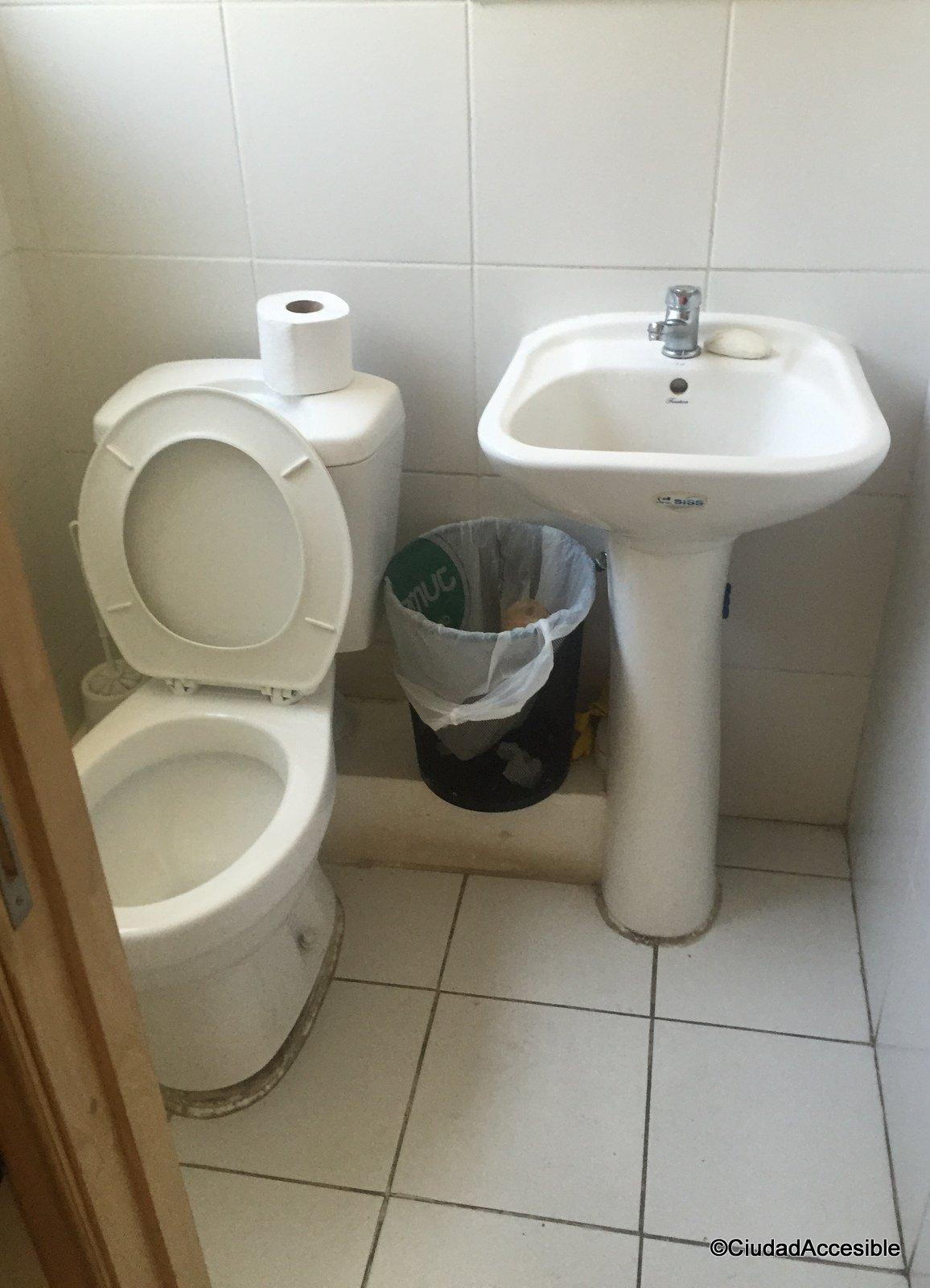 Imagen de baño sin condiciones de diseño universal