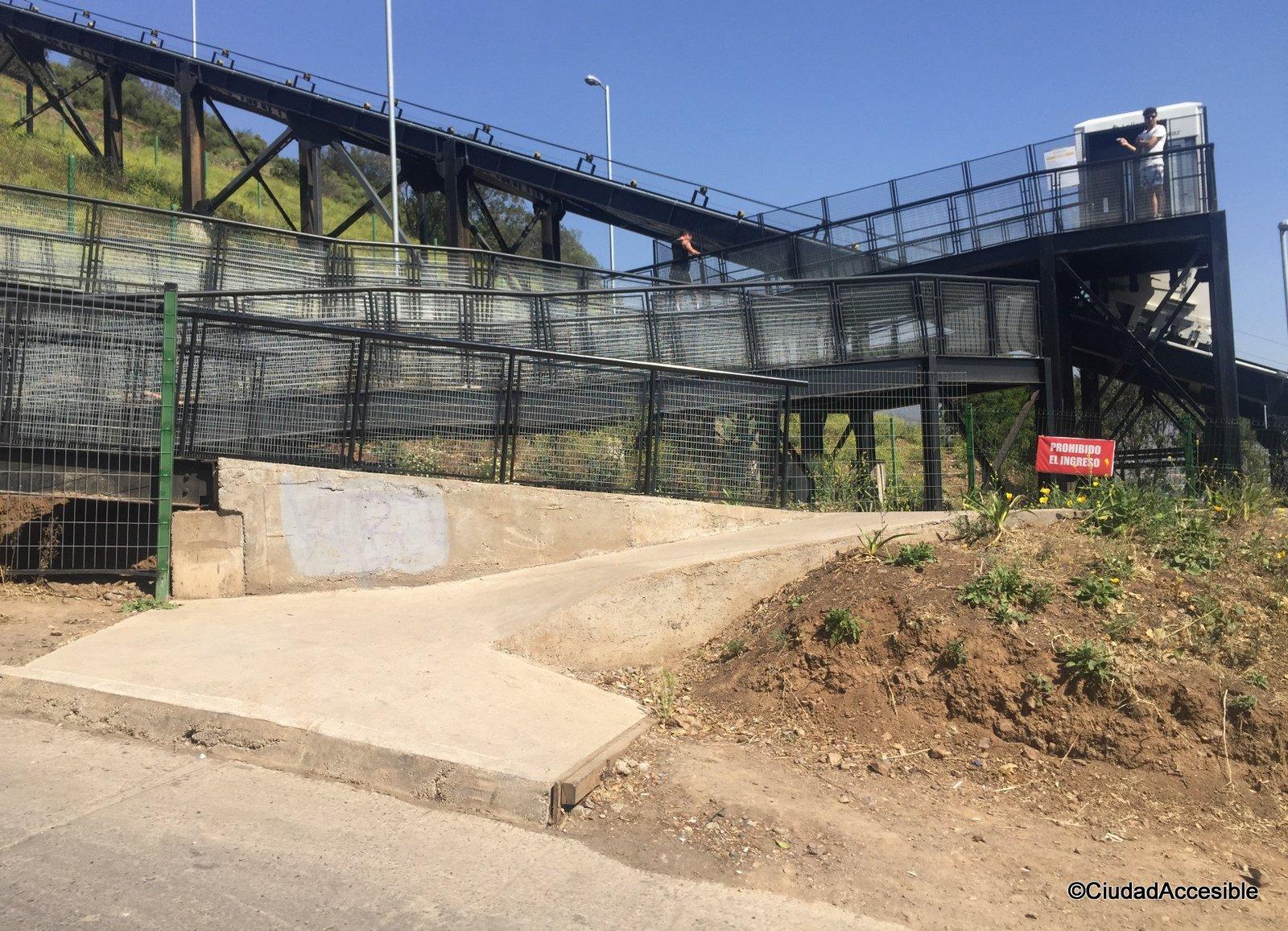 Imagen de rampa accesosalida a segunda estación con desnivel - Inaccesible