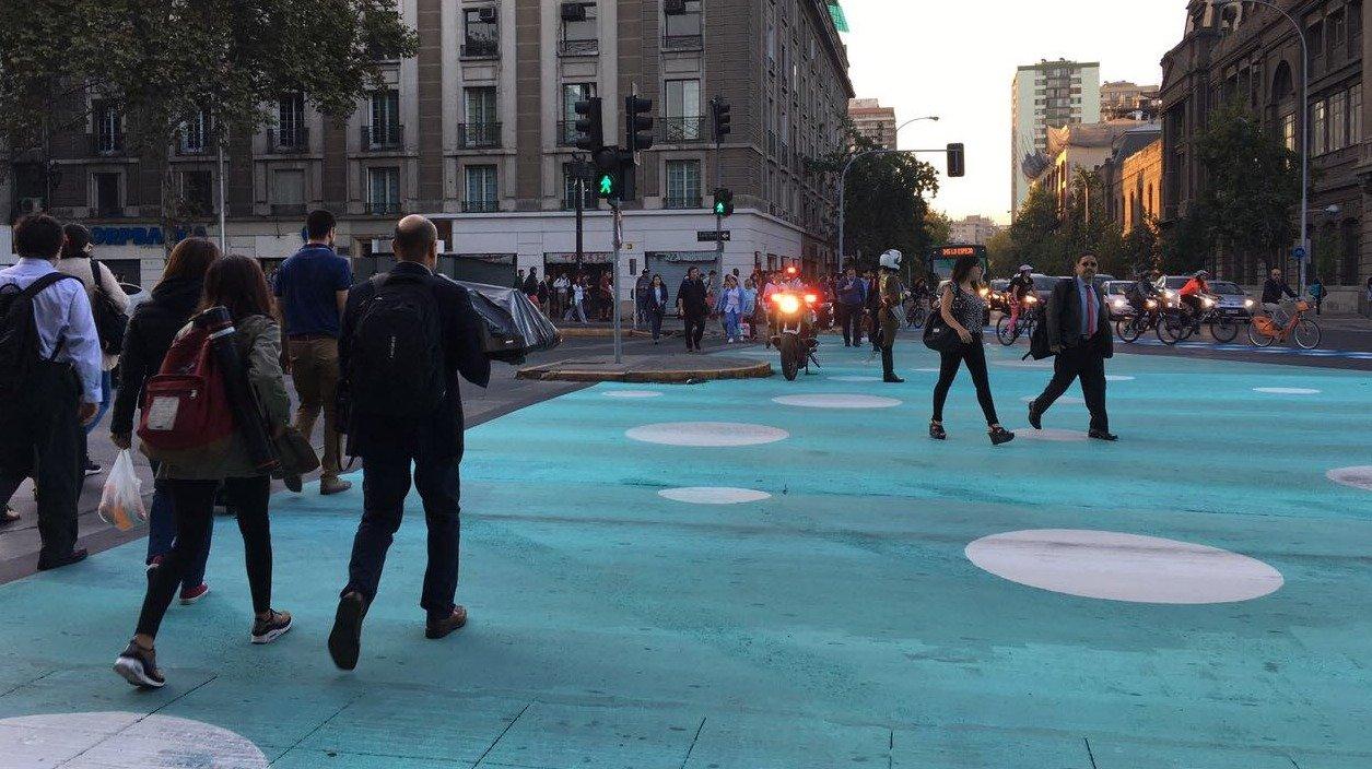 cruce peatonal demarcado en azul con círculos blancos en Portugal con Alameda (Foto El Mostrador)