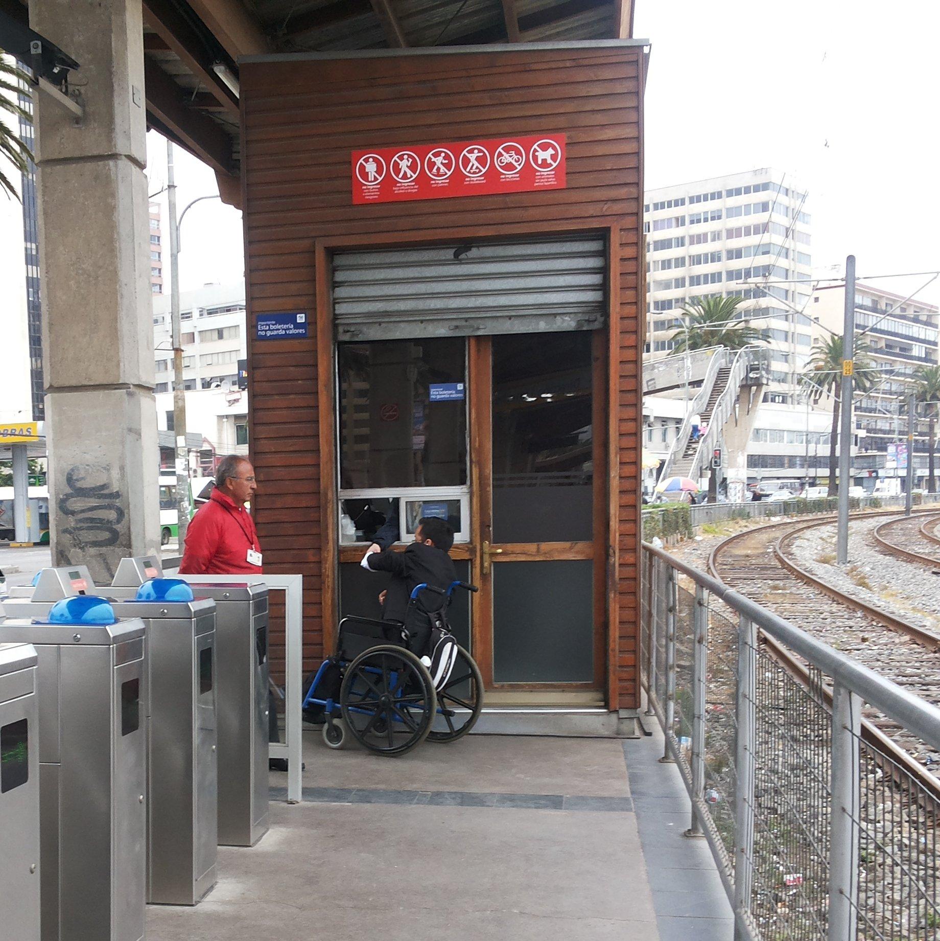persona en silla de ruedas accediendo al metro de valparaiso