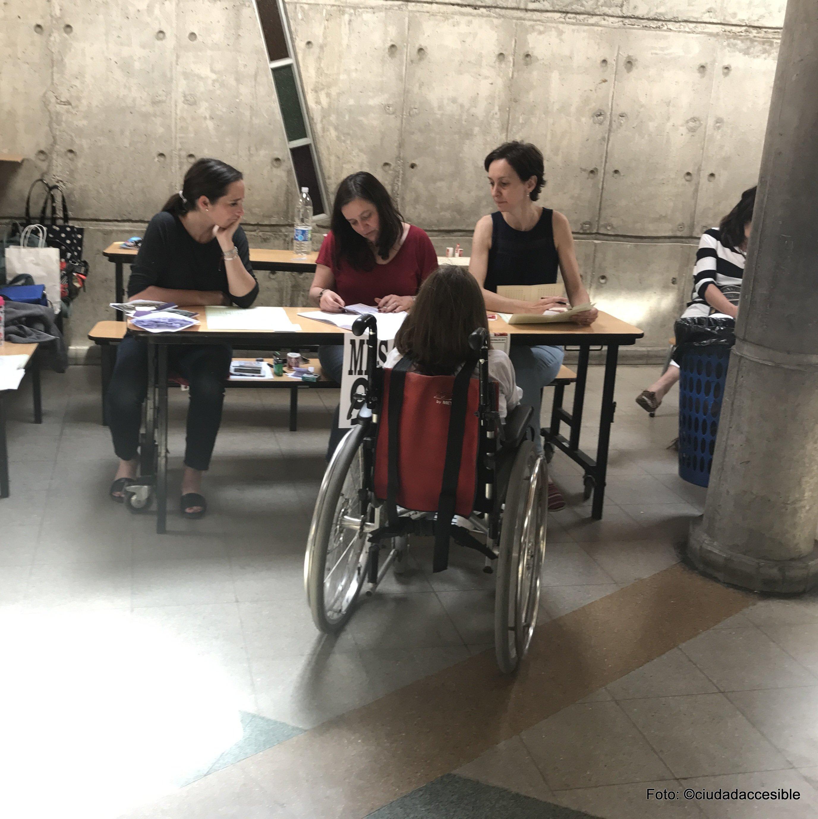 Joven en silla de ruedas llega en forma independiente hasta su mesa de votación