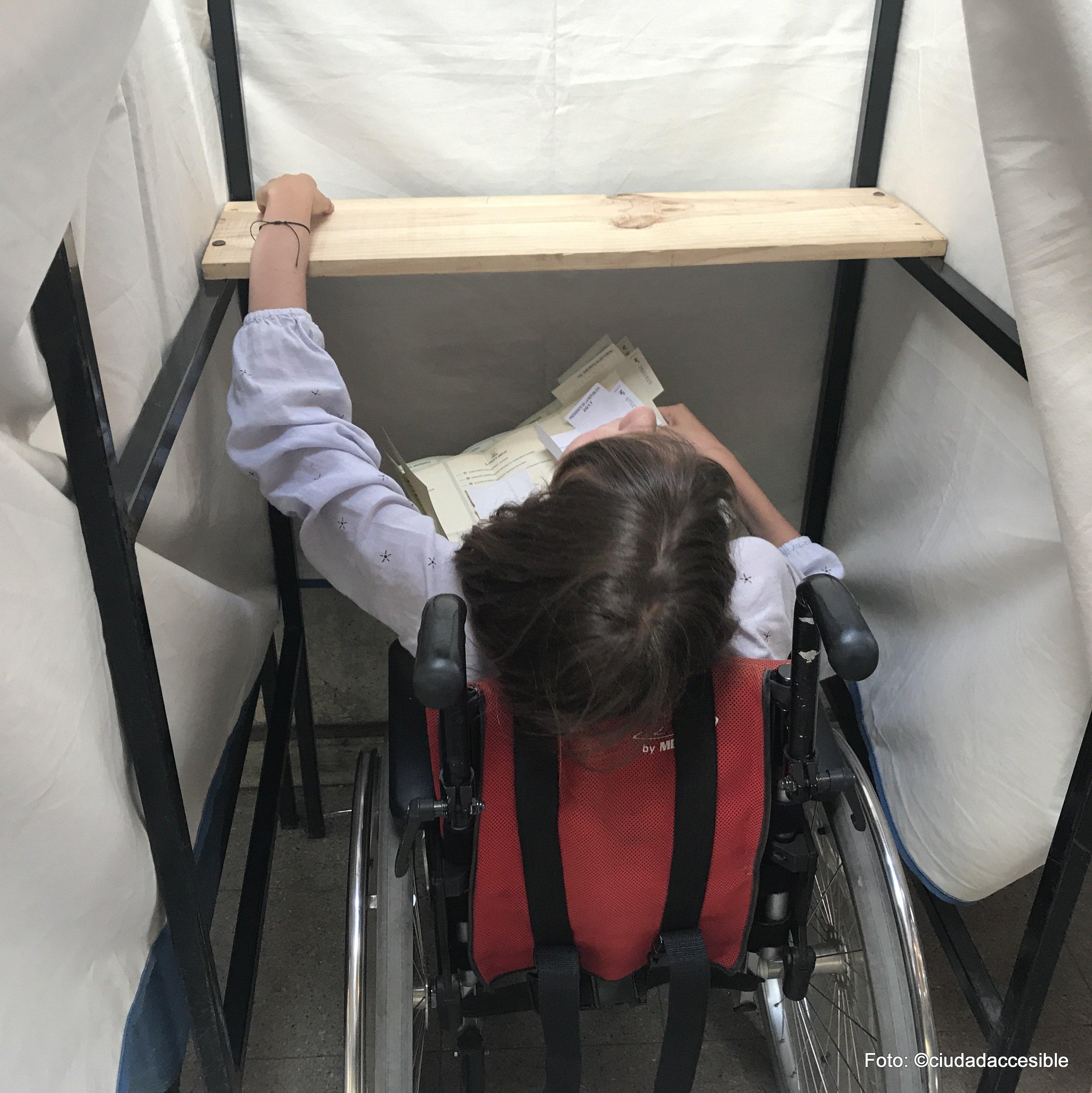 Joven en silla de ruedas en una cámara secreta que no se adapta a su altura