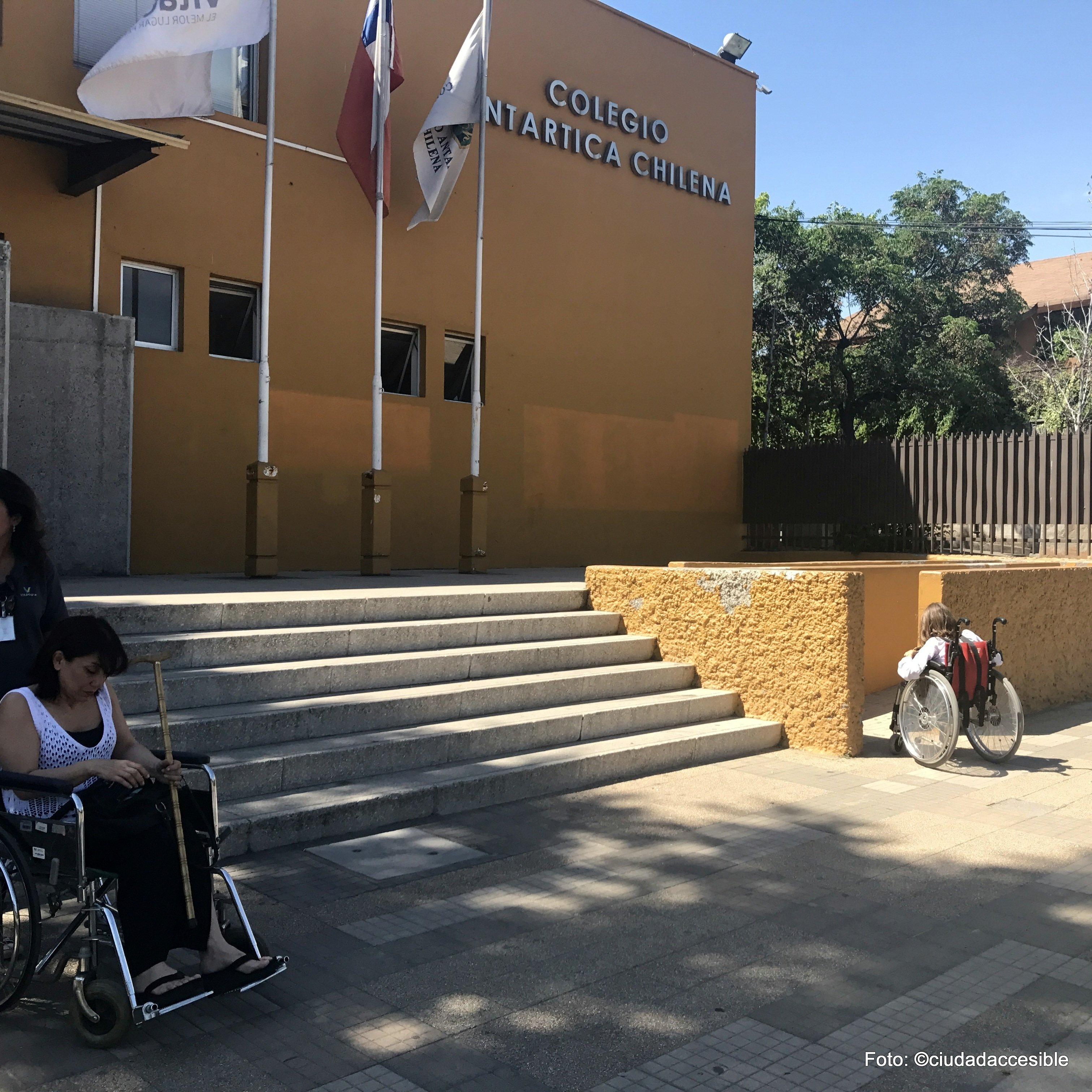 dos personas en silla de ruedas que pueden ingresar al colegio donde tienen que votar